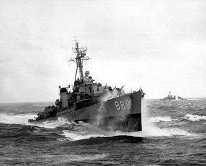 USS_Orleck_(DD-886)_underway_in_heavy_seas,_in_the_1950s.jpg