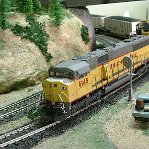 SD60M UP + SD40-2 SF, with bathgons-Model Railroad Brazil