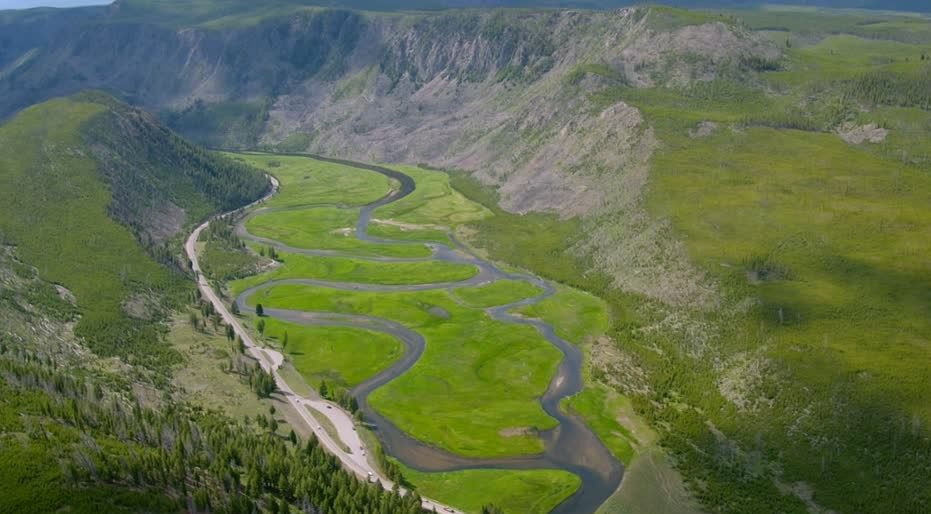 259688543-madison-river-meander-biosfere-reserve-yellowstone-national-park (2).jpg