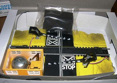 Bachmann HO Scale Dual Crossing Gate with Flashing Lights and Bell Picture 2.png